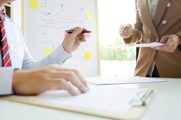 Squadra di affari che lavora in un ufficio, incontro concetto