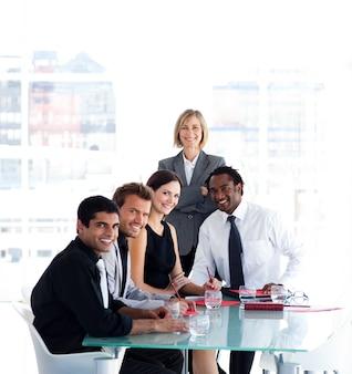 Squadra di affari che lavora insieme in una riunione