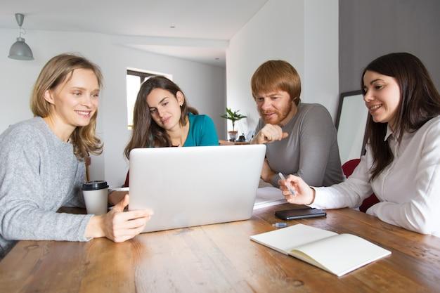 Squadra di affari che negozia con i partner