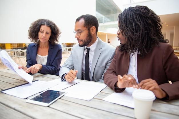 Squadra di affari che studia i documenti