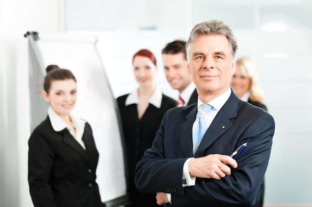 Squadra di affari con il leader in carica