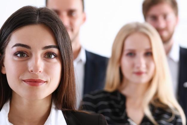 Squadra di affari con persone sfocate