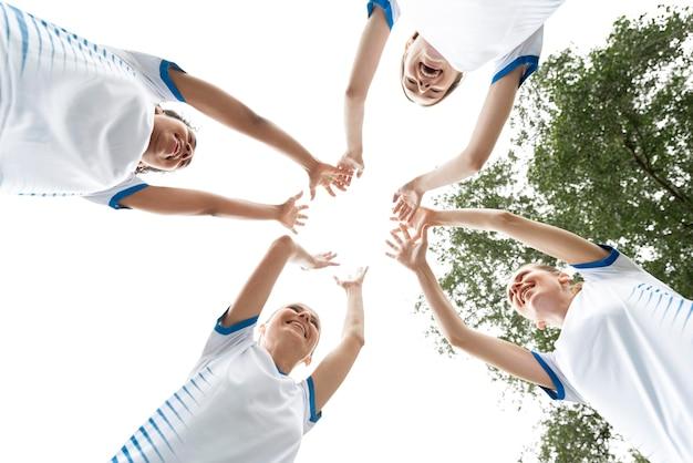 Squadra di calcio femminile di vista dal basso