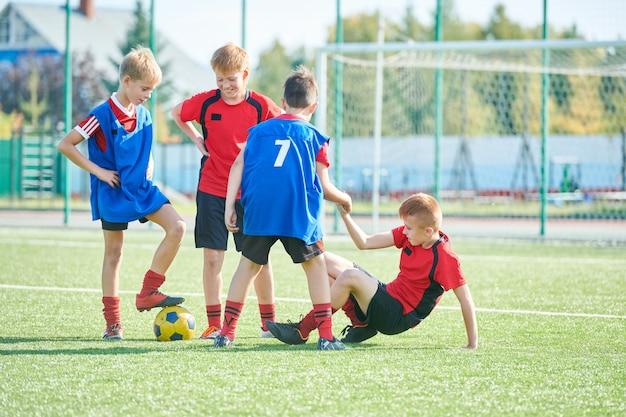 Squadra di calcio junior che gioca