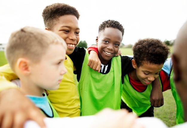 Squadra di calcio junior che si accalca insieme