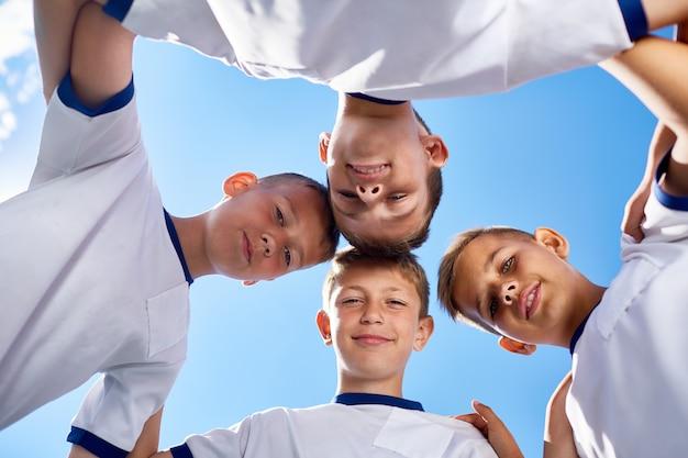 Squadra di calcio junior huddling