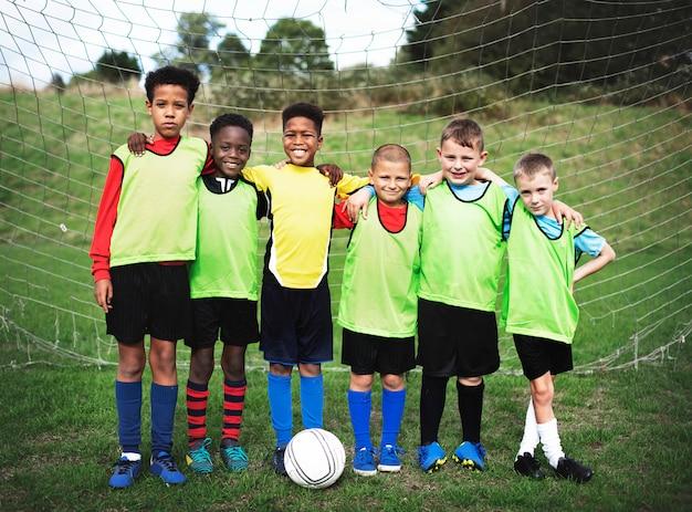 Squadra di calcio junior in piedi insieme