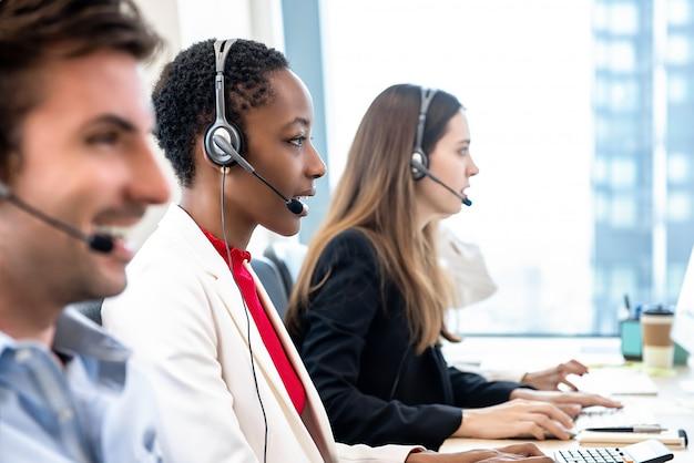 Squadra di call center diversi che lavora in ufficio