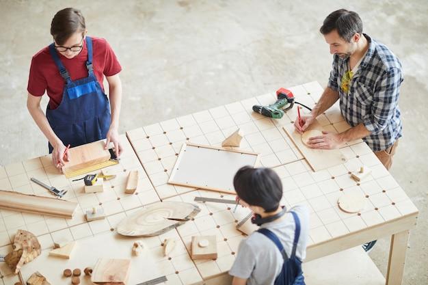 Squadra di carpentieri che lavorano sullo sfondo