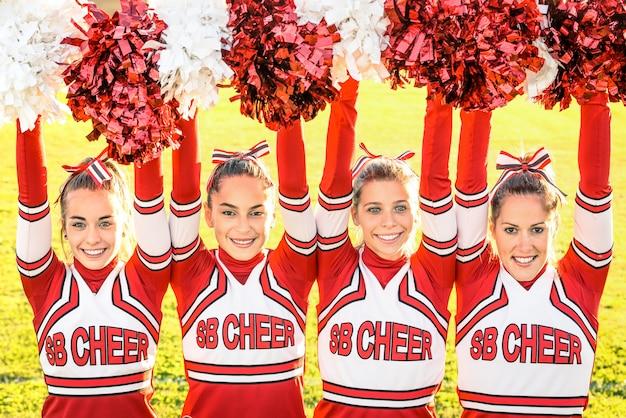 Squadra di cheerleaders esibirsi all'evento sportivo del liceo
