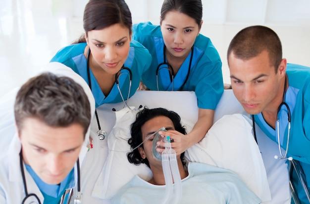 Squadra di emergenza che trasporta un paziente
