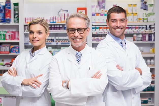 Squadra di farmacisti che sorride alla macchina fotografica