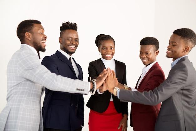 Squadra di giovani africani in giacca e cravatta