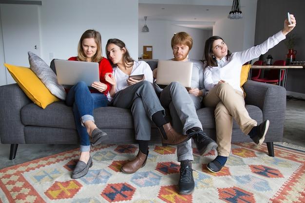 Squadra di giovani imprenditori che lavorano in contesti informali