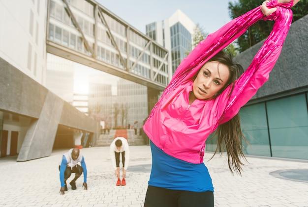 Squadra di jogger che fa allungamento