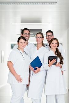 Squadra di medici in piedi nel corridoio dell'ospedale