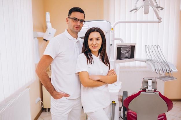 Squadra di odontoiatria in un posto di lavoro