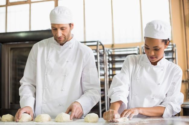 Squadra di panettieri che preparano la pasta