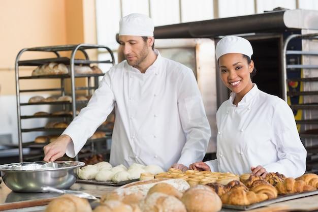 Squadra di panettieri che preparano pasta e pasta