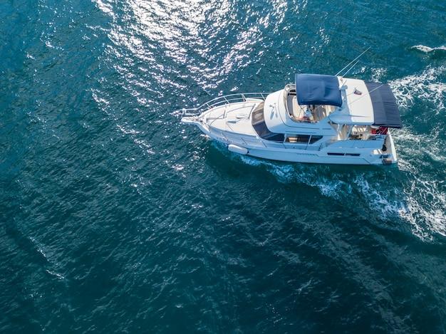 Squadra di salvataggio dell'imbarcazione a motore di servizio di emergenza del mare isolata in oceano