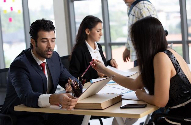 Squadra di successo. gruppo di giovani imprenditori che lavorano e comunicano insieme in ufficio creativo