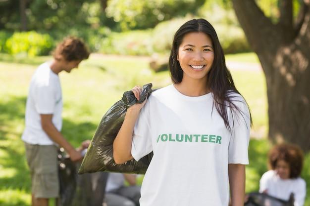 Squadra di volontari che raccolgono i rifiuti nel parco