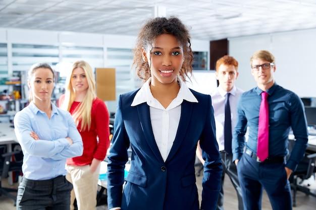Squadra etnica della giovane donna di affari africana multi