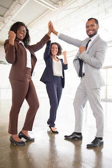 Squadra felice di affari che celebra successo