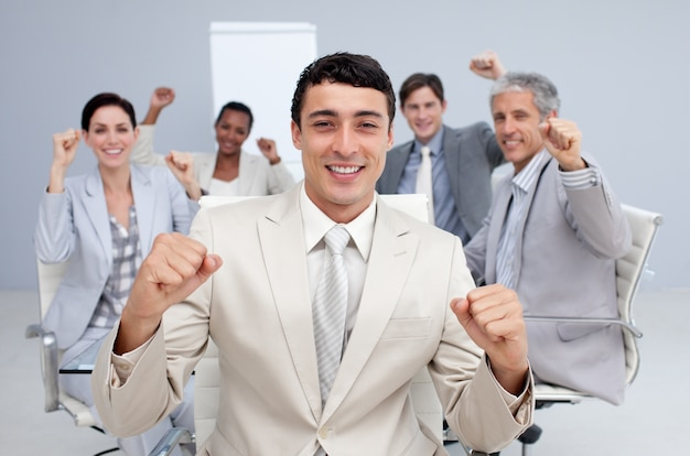 Squadra felice di affari che celebra un successo