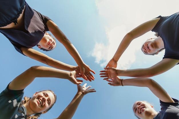 Squadra femminile che un le mani