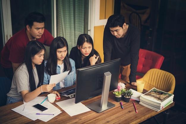 Squadra freelance asiatica in ufficio
