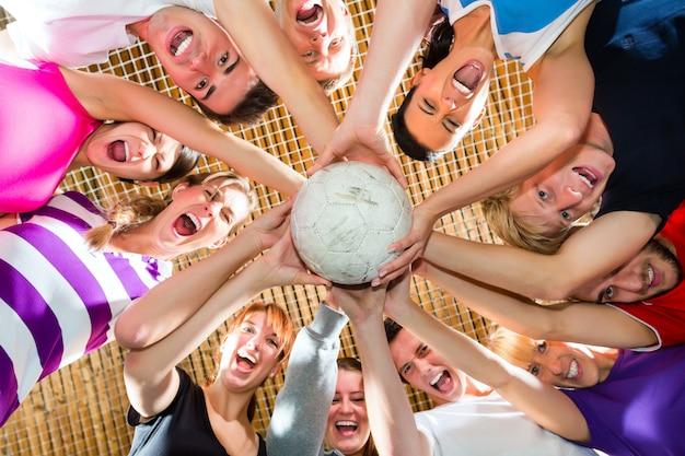 Squadra giocando a calcio o calciando sport indoor