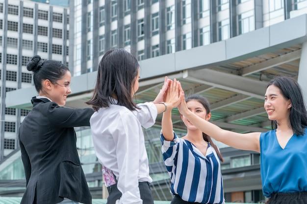 Squadra la mano insieme nella riunione d'affari per il concetto di squadra all'aperto