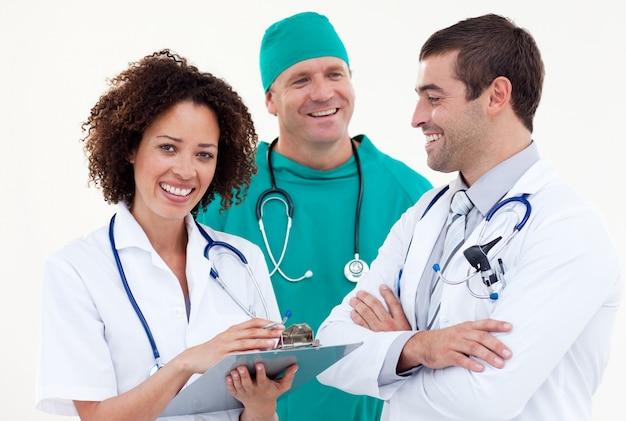 Squadra medica sembrante amichevole contro fondo bianco