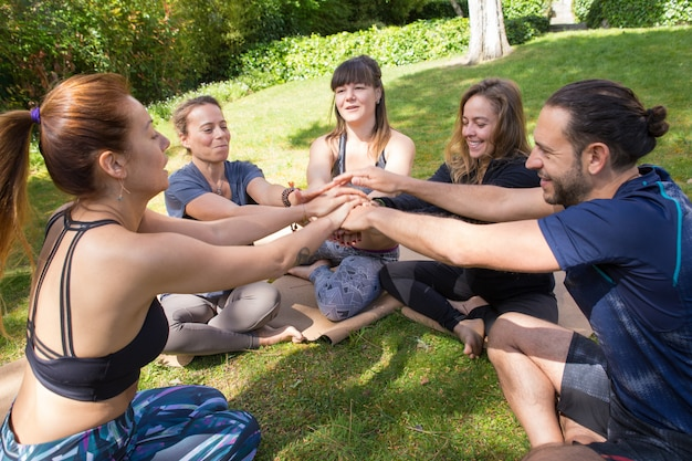 Squadra unita di amici che si uniscono per l'allenamento all'aperto