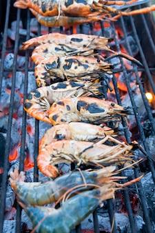 Squisiti gamberetti e calamari alla griglia pronti da mangiare
