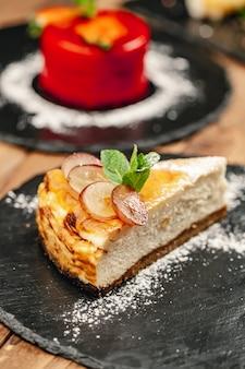 Squisito dessert da ristorante. pasti esclusivi e alta cucina, vista dall'alto