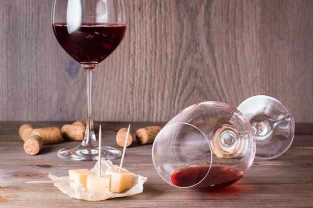 Sta mentendo un bicchiere con i resti di vino rosso