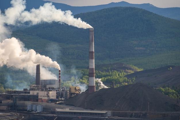 Stabilimento chimico con fumaiolo