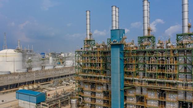 Stabilimento chimico, fabbrica chimica, pianta industriale con cielo blu, vista aerea.