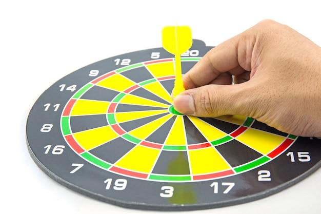 Stabilire un obiettivo o una pianificazione accurata, mano andando a prendere il dardo al centro del bersaglio