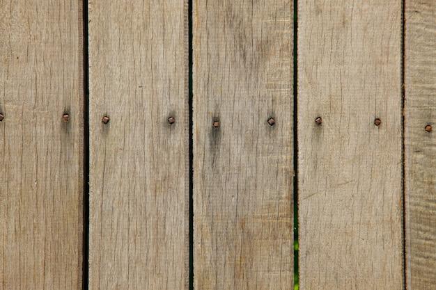 Staccionata in legno con chiodi