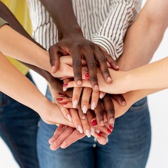 Stack di mani ad alto angolo con gli amici