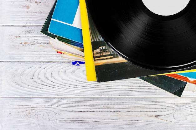 Stack di vecchi record. vintage su fondo in legno