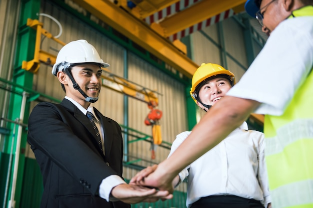 Stack mani il lavoro di squadra in fabbrica