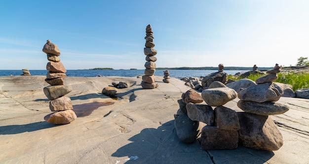 Stacked rocks che equilibra, impilando con precisione. torre di pietra sulla riva. copia spazio.