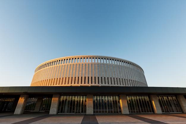 Stadio di football americano krasnodar, russia. struttura architettonica dello stadio a krasnodar al tramonto.