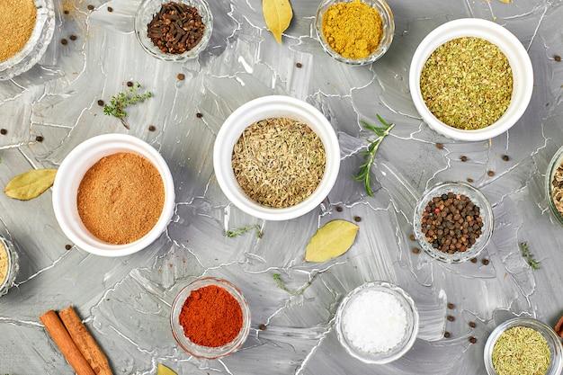 Stagionatura. condimento per spezie ed erbe aromatiche fresco e secco