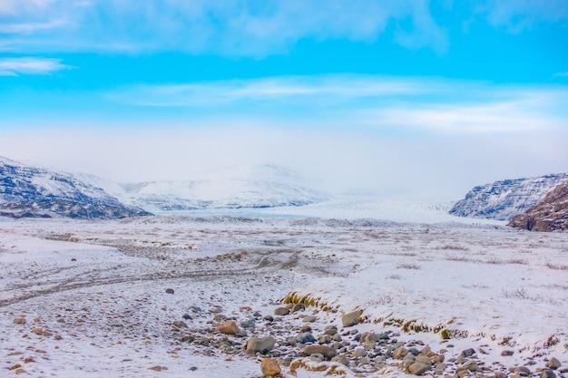 Stagione invernale innevata della montagna islanda