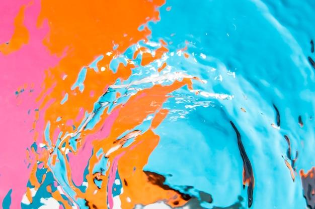 Stagno di superficie colorato e onde di acqua cristallina